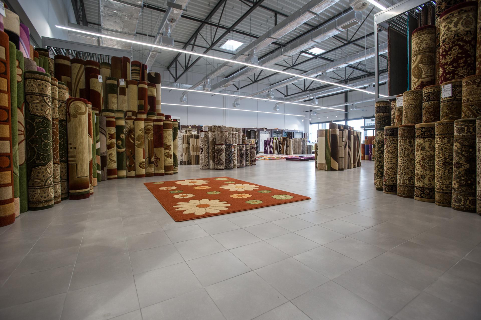 wnętrze sklepu z dywanami w Parku Handlowym MARYWILSKA 44 ekspozycja dywanów w różych kolorach z długim włosiem