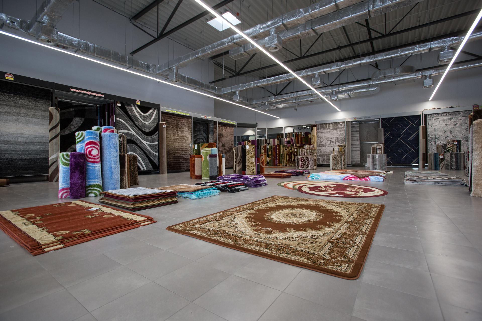 wnętrze sklepu z dywanami w Parku Handlowym MARYWILSKA 44 ekspozycja dywanów prostokątnych z długim włosiem