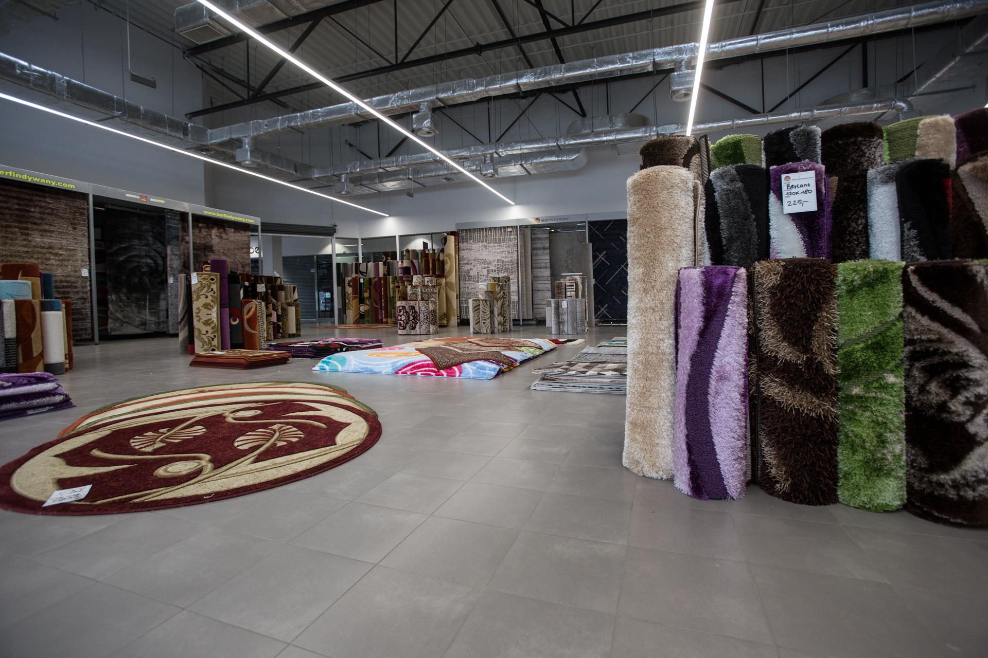 wnętrze sklepu z dywanami w Parku Handlowym MARYWILSKA 44 ekspozycja dywanów o owalnych kształtach
